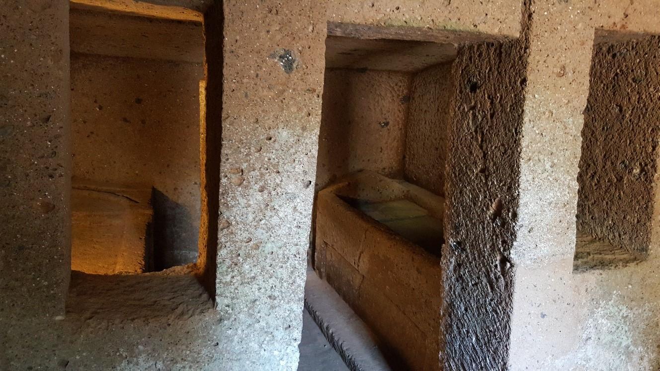 particolari-tombe-della-necropoli-etrusca